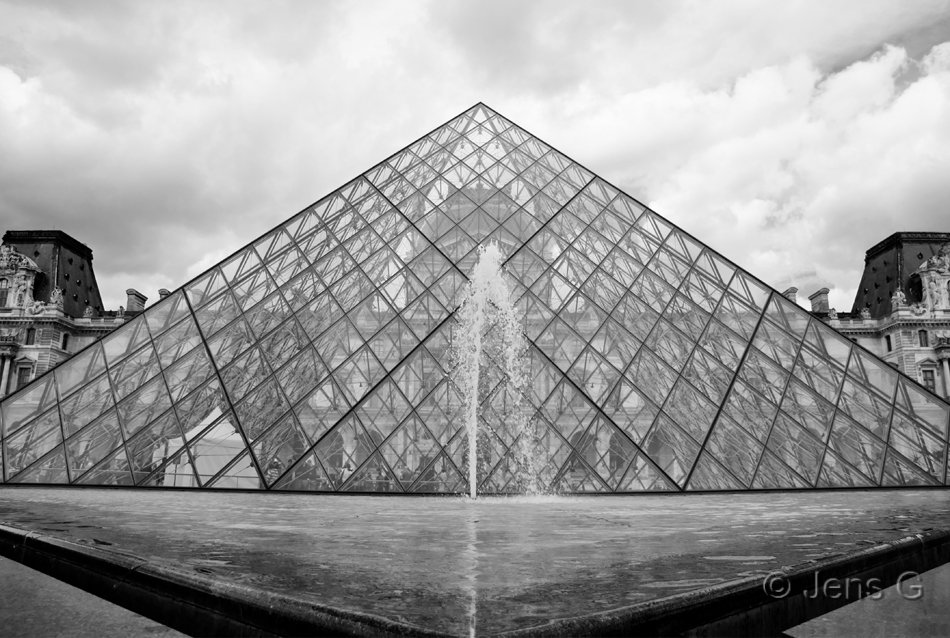 Pyramiden ved Louvre